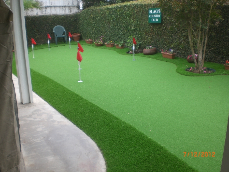 Coutyard putting green made of artificial grass